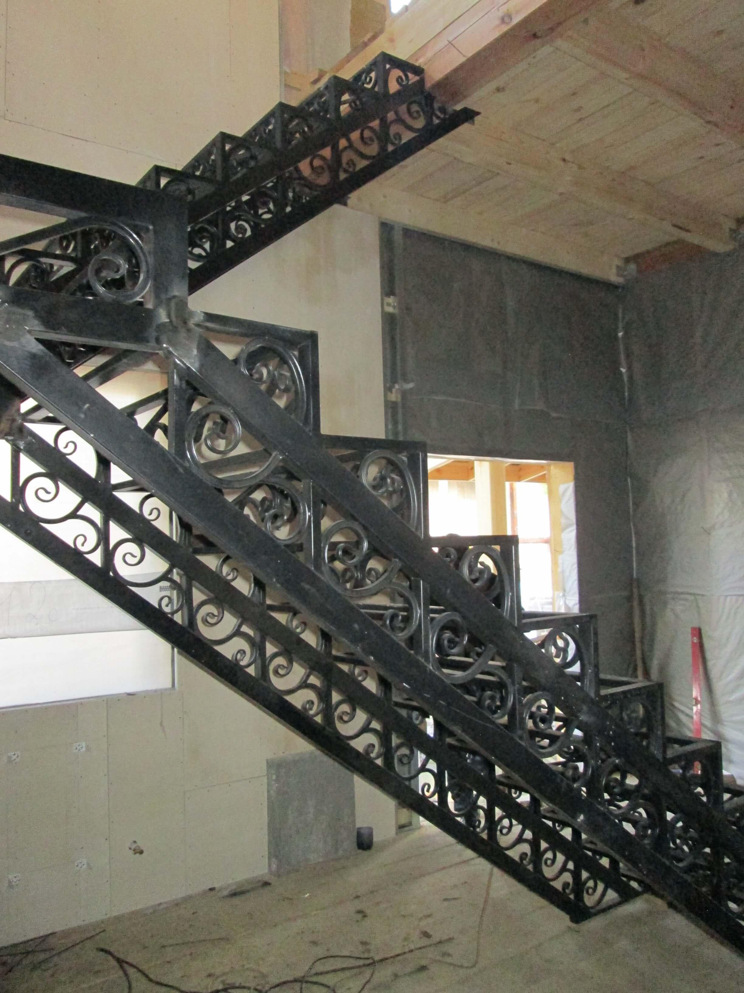 Кованый каркас лестницы из стали на второй этаж