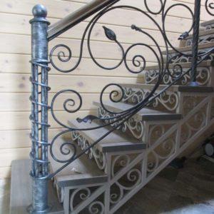 кованая лестница на металлокаркасе в дом