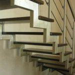 Комбинированные лестницы с перилами на второй этаж