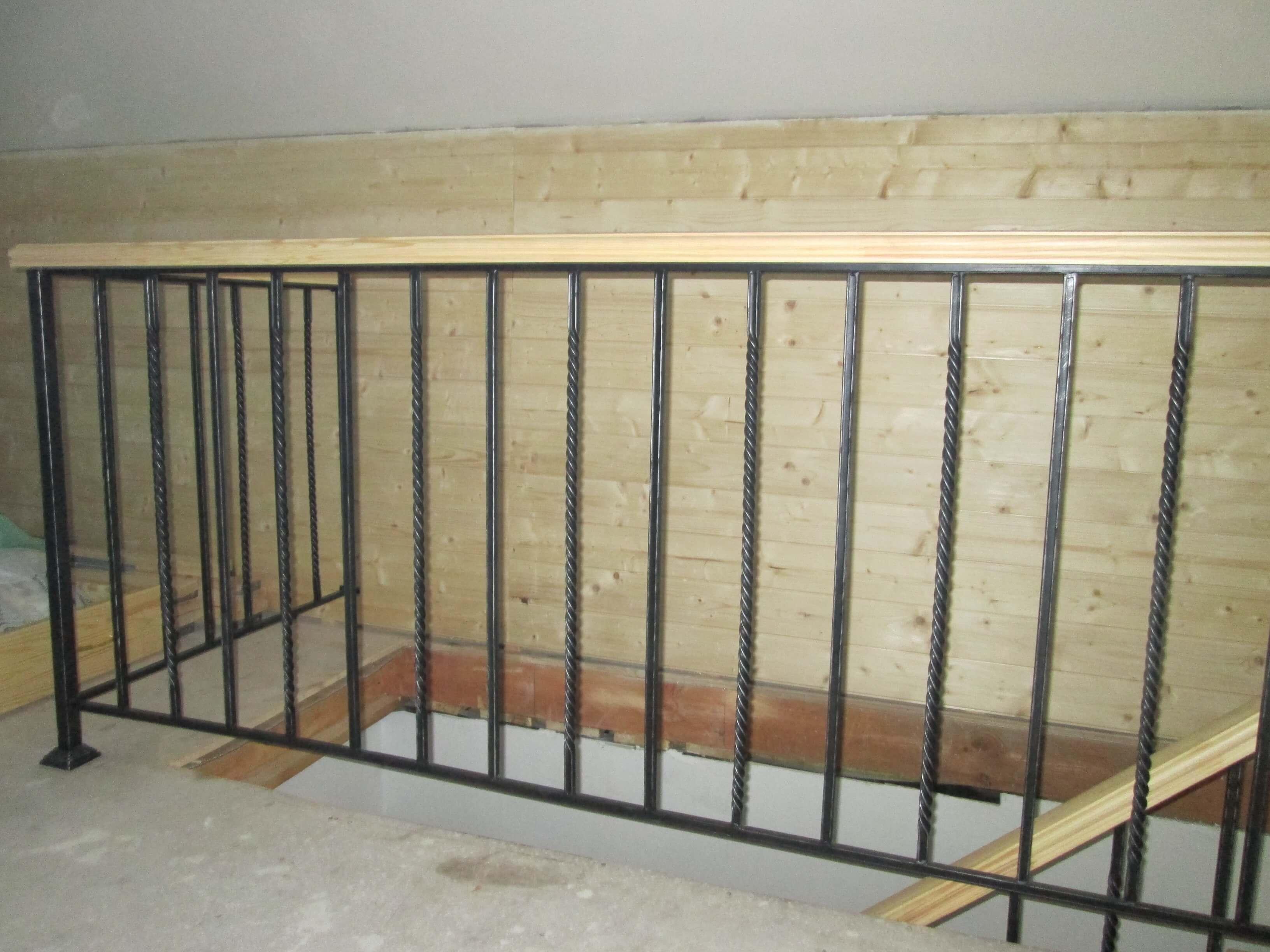 Комбинированная лестница на металлокаркасе на второй этаж