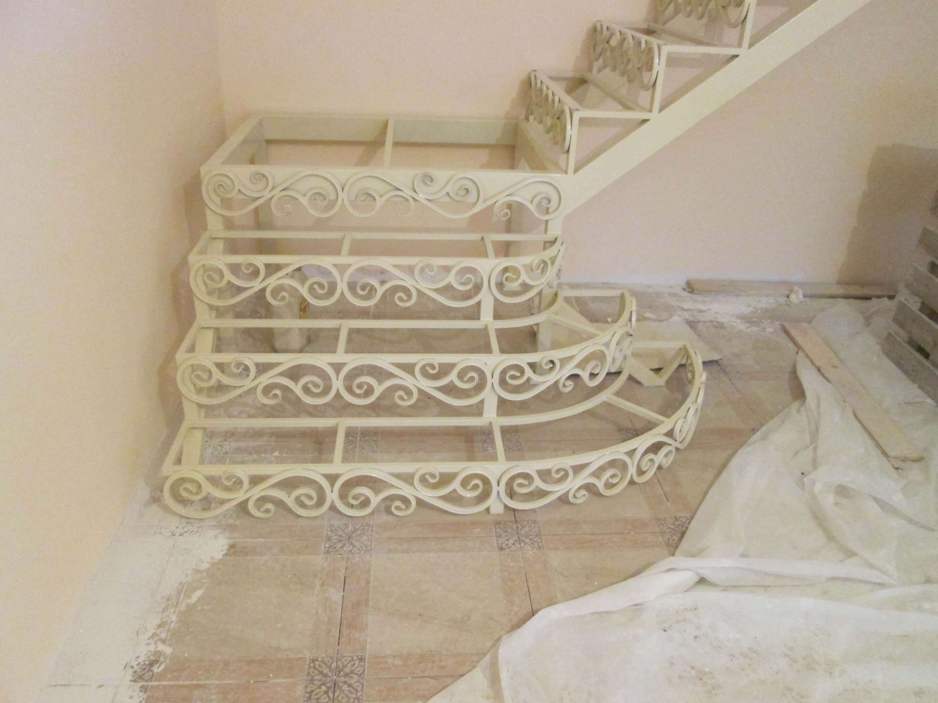 Металлический кованый каркас лестницы в дом