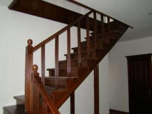 деревянная лестница из сосны на второй этаж на фото