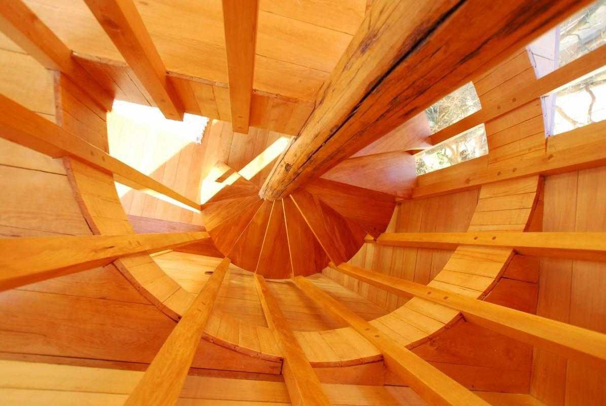 винтовая лестницы из лиственницы