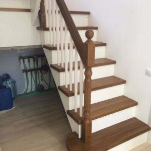 П-образная лестница на косоурах из дерева дуб-сосна