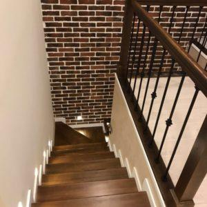 Изготовление ограждений для лестницы с перилами из лиственницы