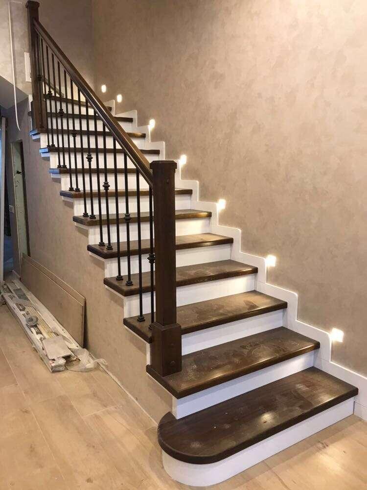 Отделка лестницы ступенями из лиственницы фото