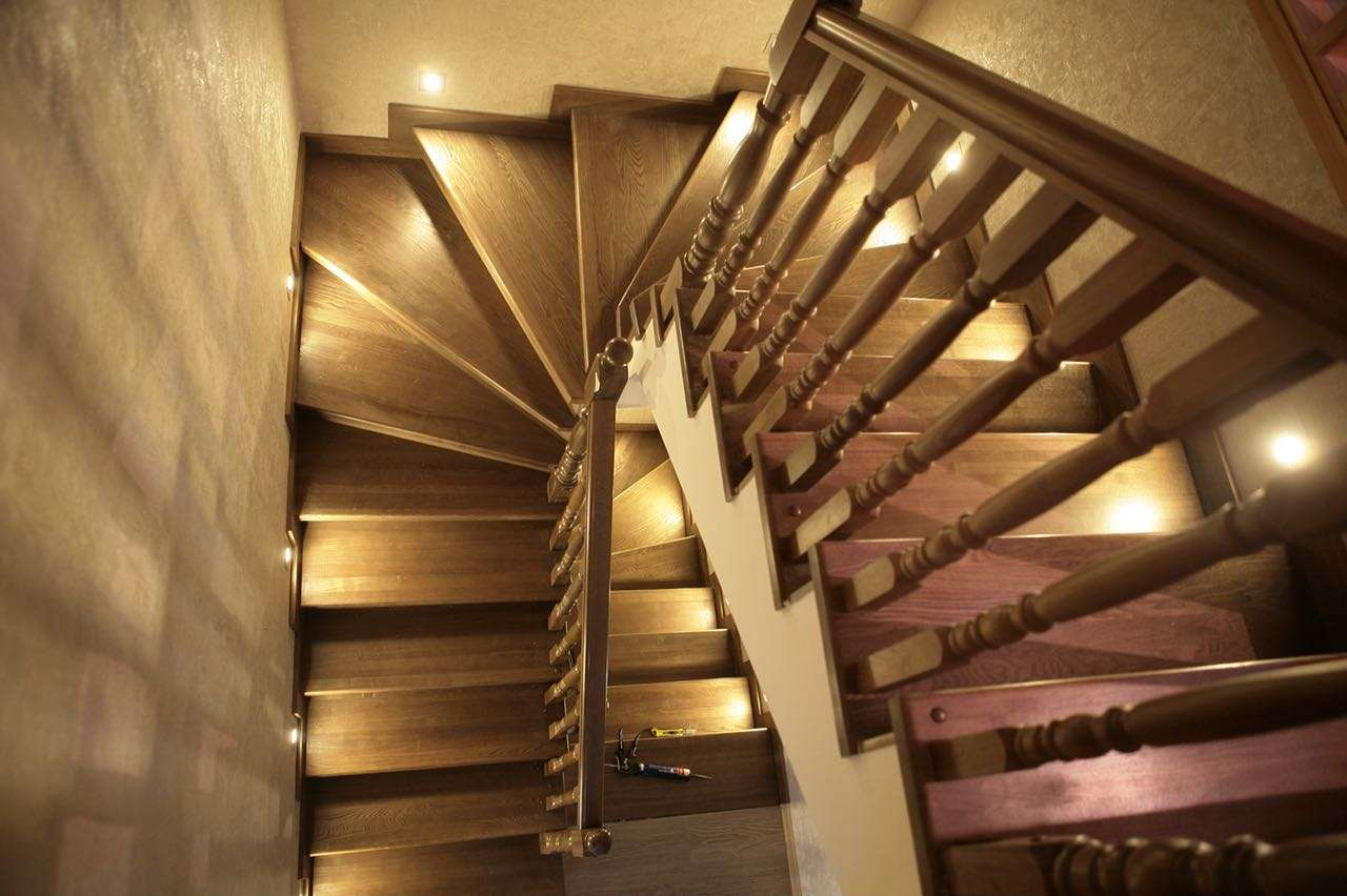 Отделка лестницы из ясеня фото
