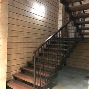 Комбинированная лестница ступени из дерева