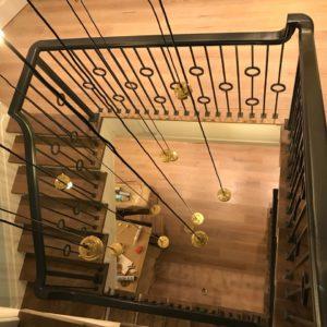 Отделка бетонной лестницы на второй и третий этажи деревом из дуба в Москве