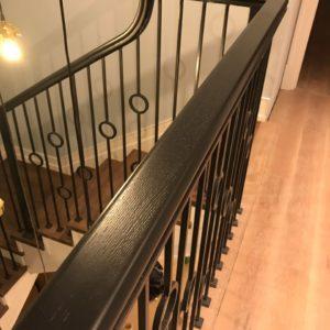Гнутый целиковый поручень на лестницу из дуба в Москве