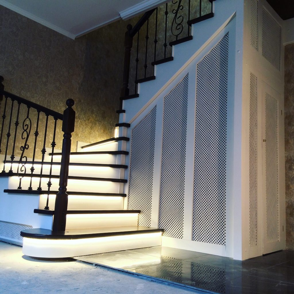 Лестница с подсветкой ступеней на фото