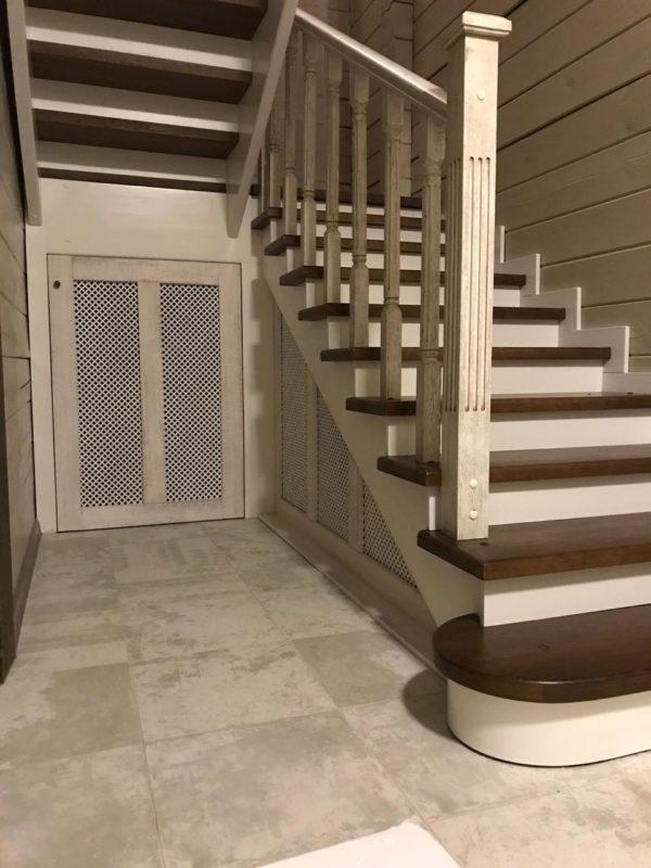 Лестница на 2 этаж из дерева со шкафом