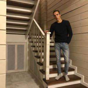 Комбинированная лестница из дерева в доме