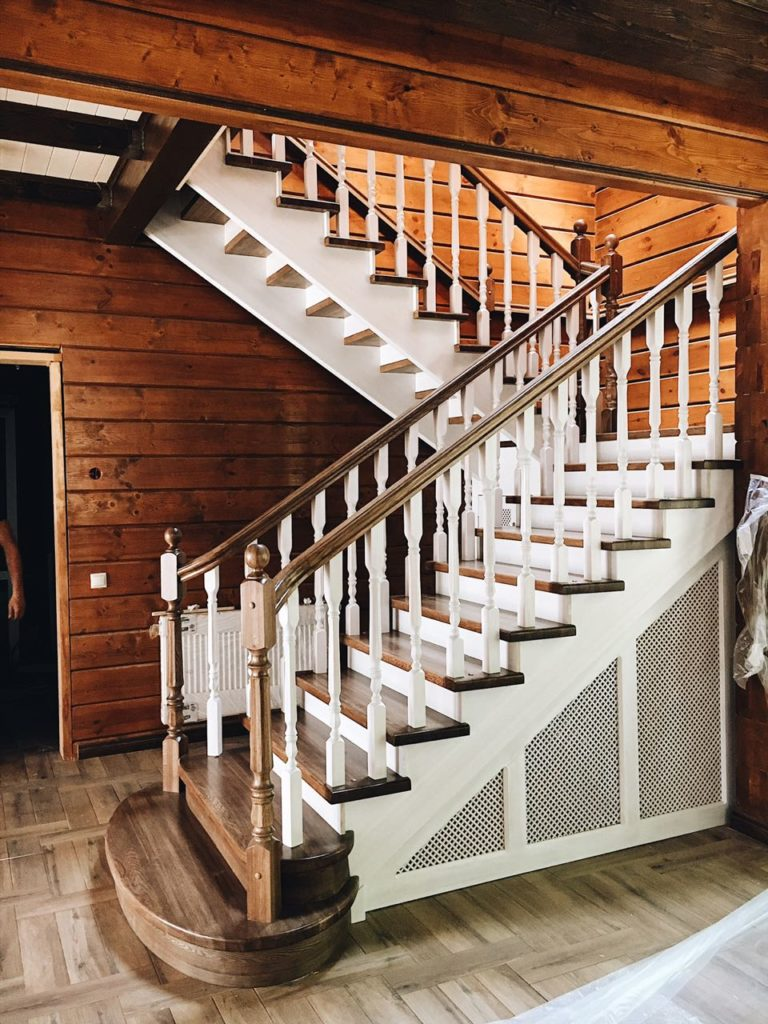 лестница из дерева в частном доме на фото