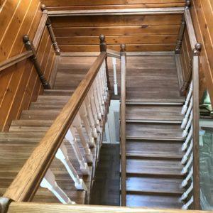Лестница из дерева дуб на второй этаж на фото