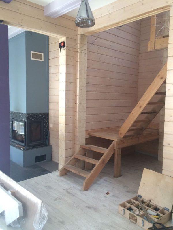 Деревянный открытый каркас лестницы на фото