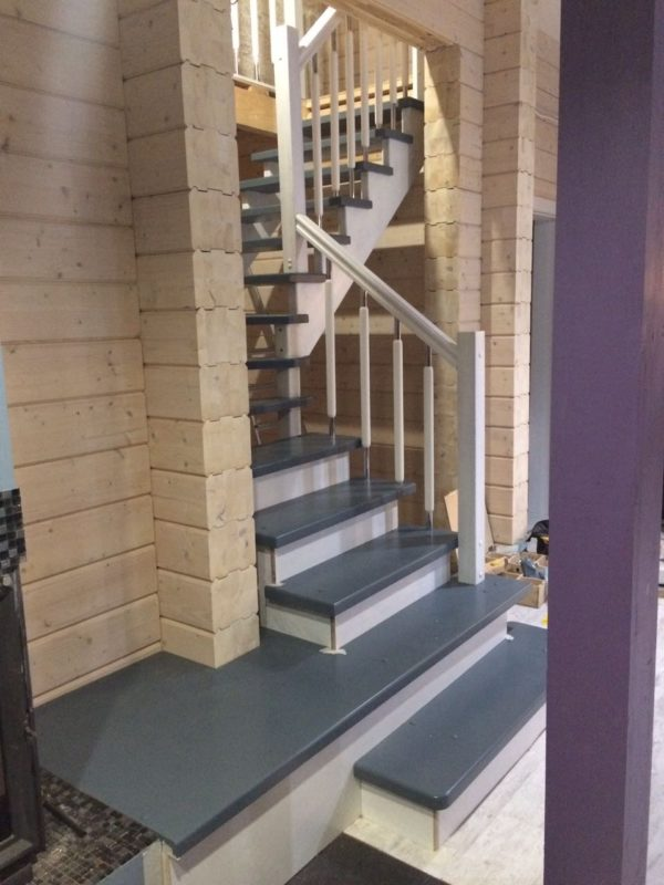 фото деревянной лестницы на косоурах
