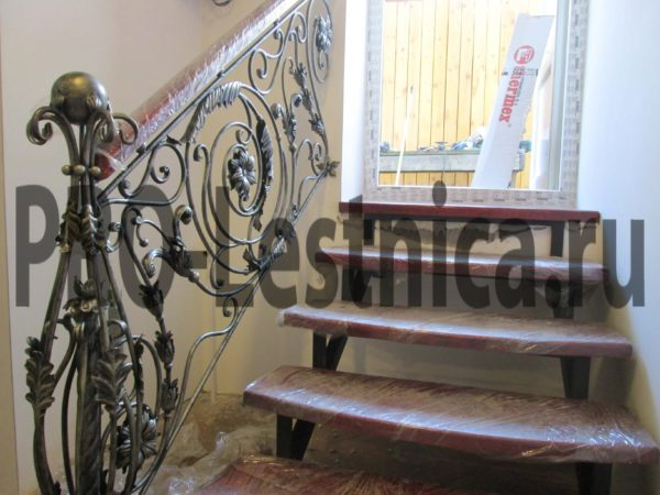 Эксклюзивное ограждение со столбом для лестницы