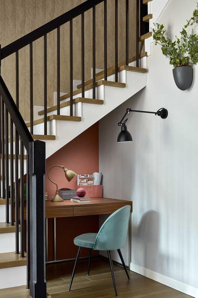 Рабочий стол под лестницей