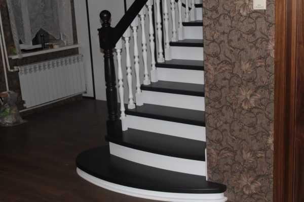 Лестница на второй этаж из бука и сосны