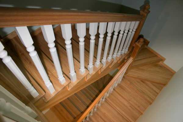 Четырех-маршевая лестница из дуба