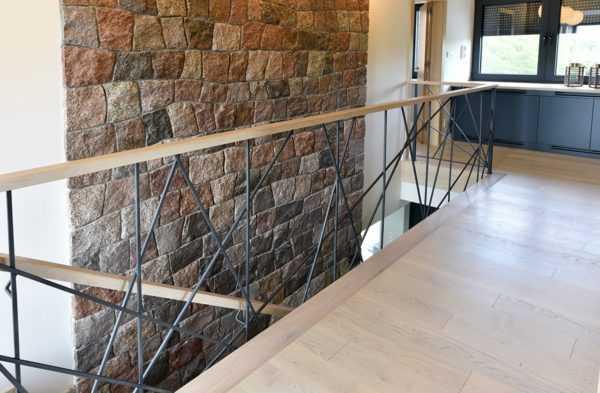Консольная лестница из стены