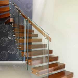 Лестница консольная со стеклом