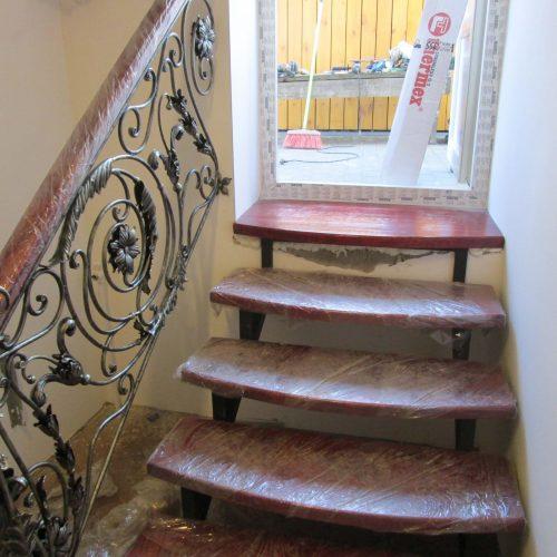 Кованая лестница с перилами в дом