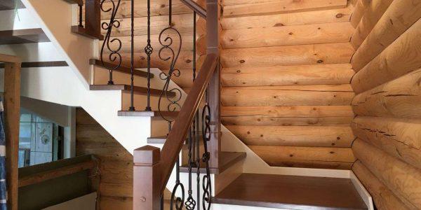 Лестница в деревянный дом из бруса