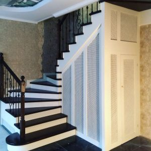 Лестница на второй этаж с подсветкой на фото