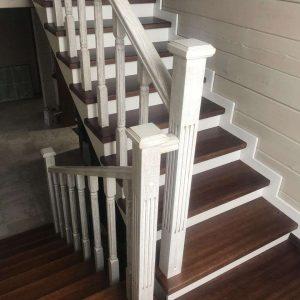 Перила для лестниц из дерева на фото