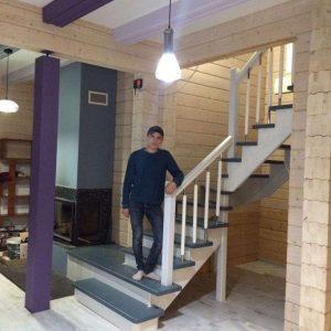 Деревянная лестница из лиственницы на фото