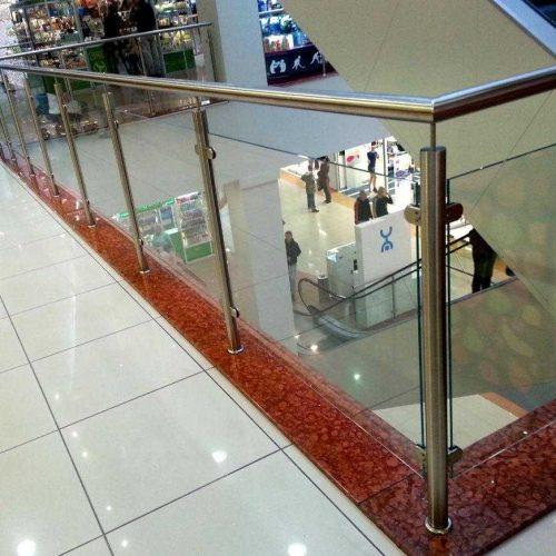 Ограждение из нержавейки и стекла в торговом центре фото